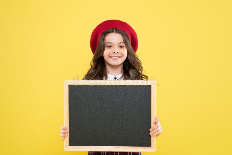 Dziecka promo informacji deska Miejsce dla informacji Dziewczyna chwyta pustego miejsca blackboard Reklamowa produkt kopii przest obraz royalty free