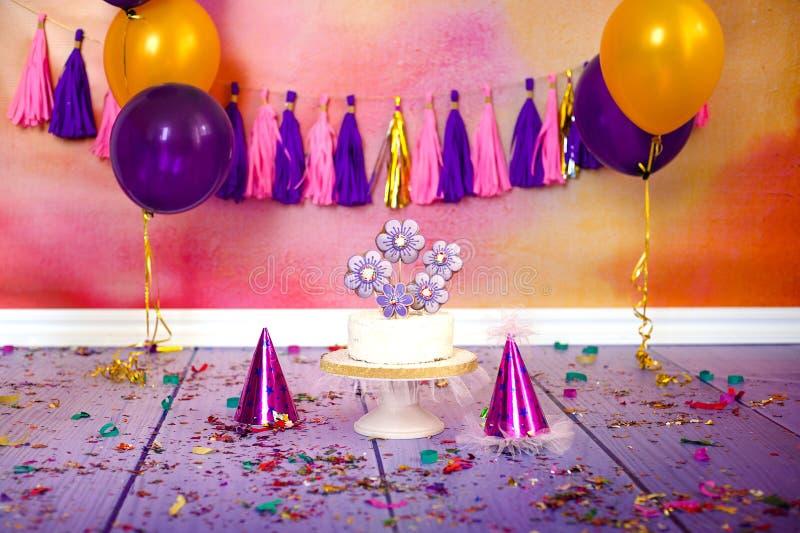 Dziecka przyjęcie urodzinowe z kokosowego torta dekorujący piernikowy sercowatym zakrywającym z barwionym glazerunkiem, confetti obrazy royalty free