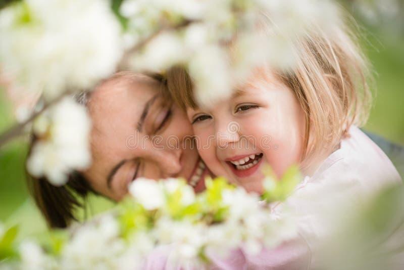 dziecka przytulenia matka zdjęcia stock