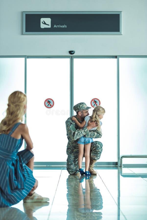Dziecka przytulenia ojciec w wojskowym uniformu zdjęcia stock