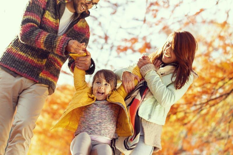 dziecka rodziców bawić się ich zdjęcie royalty free