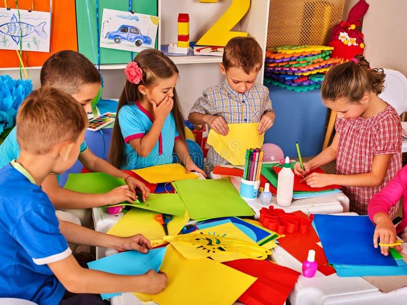 Dziecka rozcięcia papier w klasie Rozwoju ogólnospołeczny lerning w szkole obraz royalty free