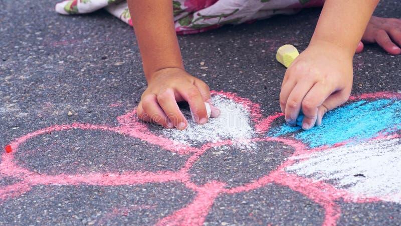 Dziecka rysunkowy chamomile kredą na asfalcie Pojęcie uliczna sztuka zdjęcia royalty free