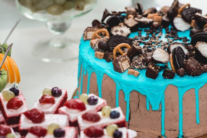 Dziecka ` s błękitny urodzinowy tort z candys na wierzchołku obrazy royalty free