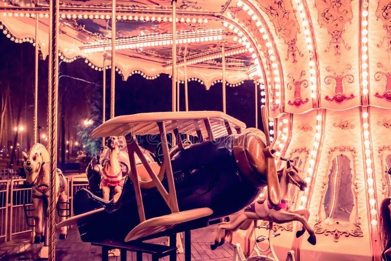 Dziecka ` s carousel samolot w dziecka ` s parku obrazy stock