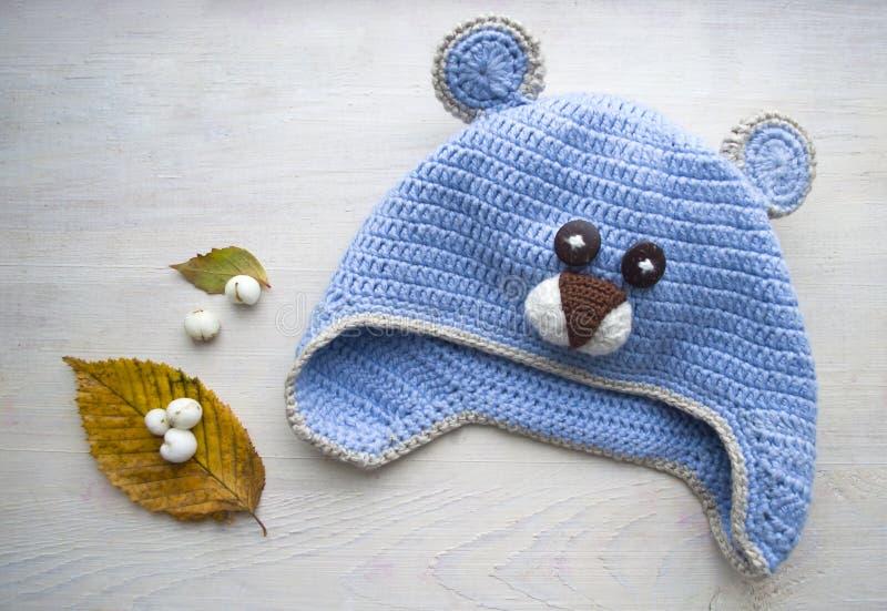 Dziecka ` s haczył kapeluszowy handmade w postaci niedźwiedzia zdjęcie stock