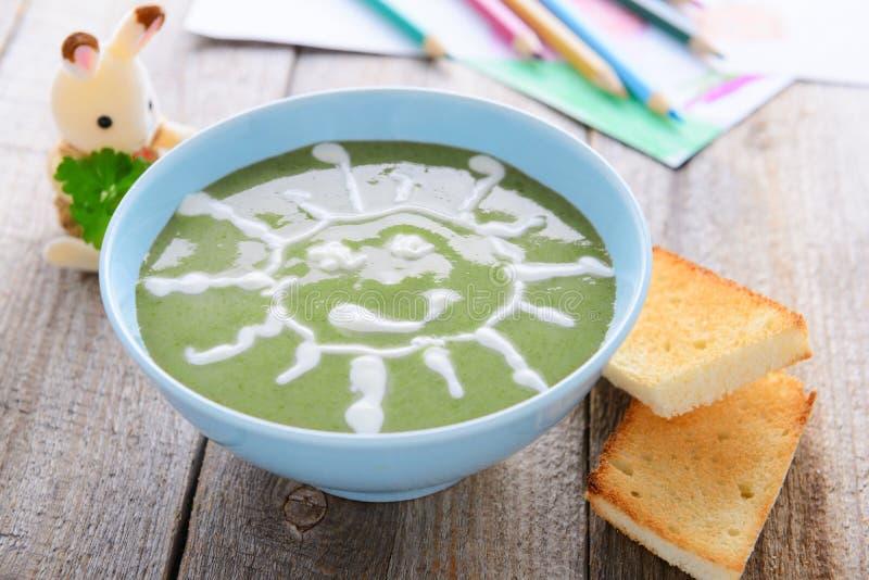 Dziecka ` s jedzenie - szpinak śmietanki polewka zdjęcia stock