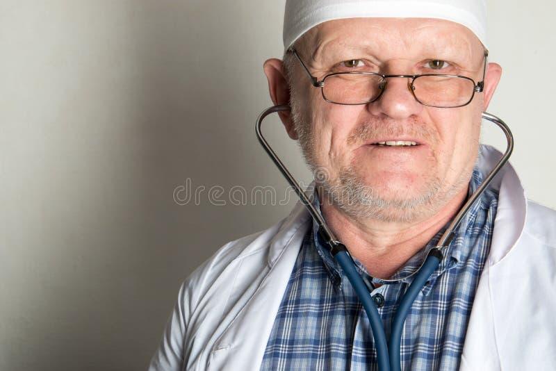 Dziecka ` s lekarka przygotowywa otrzymywać pacjentów w jego biurze Szczęśliwi dzieci są bardzo łasi dobry pediatra obrazy stock