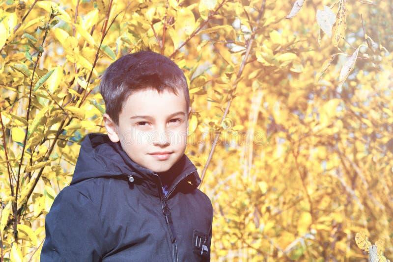Dziecka ` s moda jesieni dzieci ` s odzież chłopiec w czarnej kurtce na żółtym tle Nieformalny styl zdjęcie stock