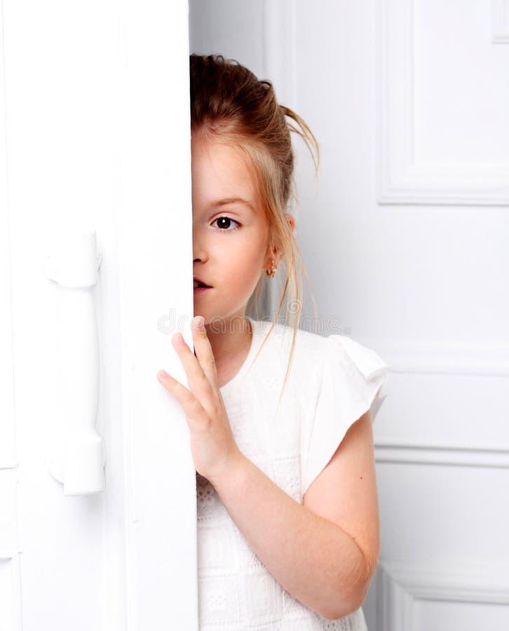 Dziecka ` s moda Piękna, rozważna poważna blondynki dziewczyna, obrazy royalty free