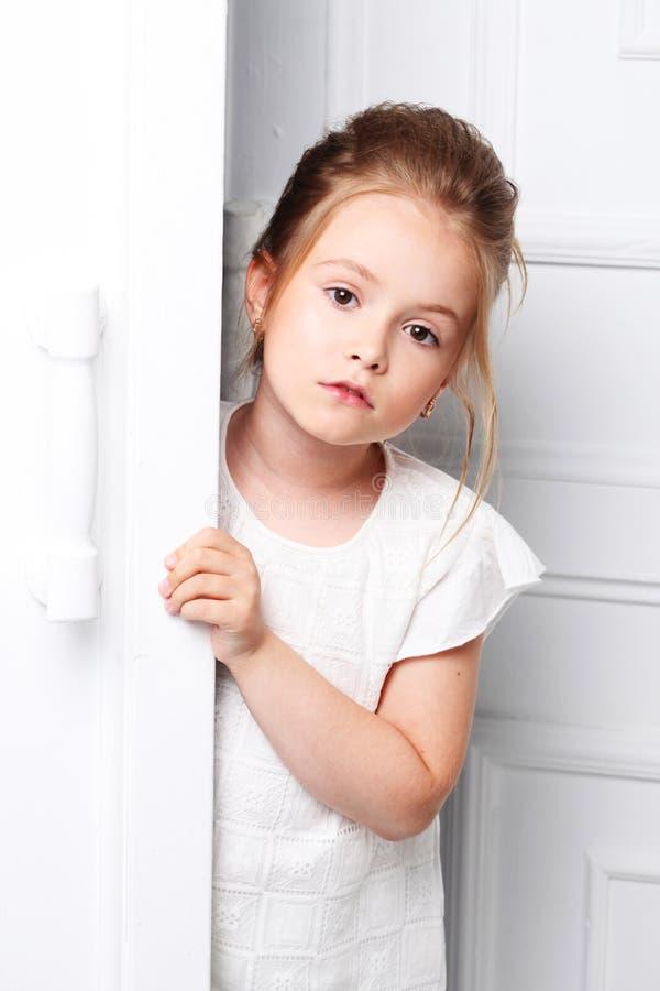 Dziecka ` s moda Piękna, rozważna poważna blondynki dziewczyna, zdjęcie stock