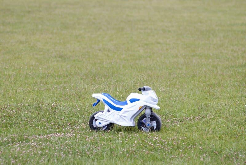 Dziecka ` s motocykl na polu fotografia stock
