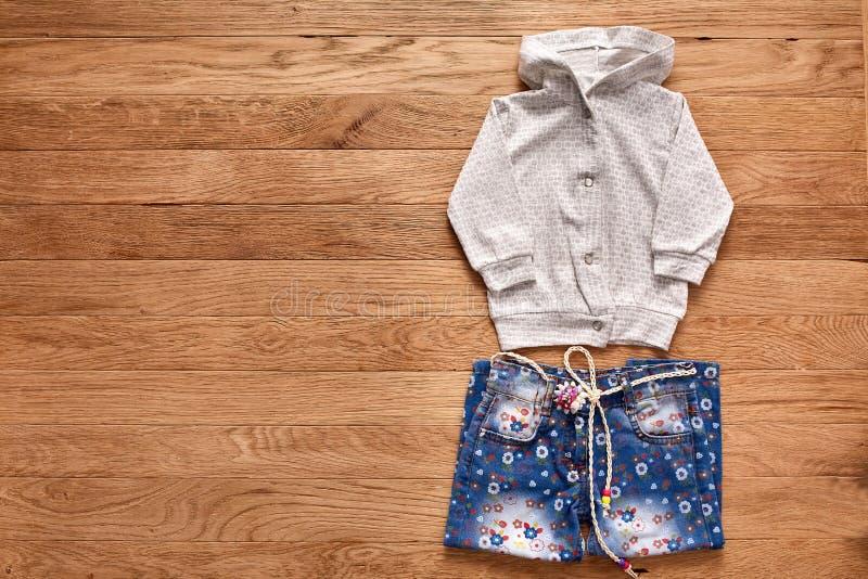 Dziecka ` s odzież na drewnianym tle zdjęcia stock