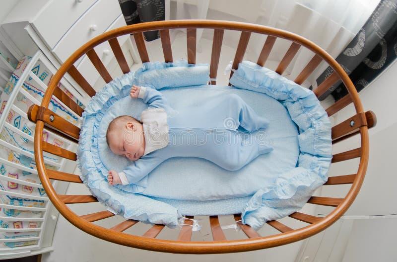 Dziecka ` s restful sen Nowonarodzony dziecko w drewniany ściąga Dziecko śpi w wezgłowie kołysce zdjęcie stock