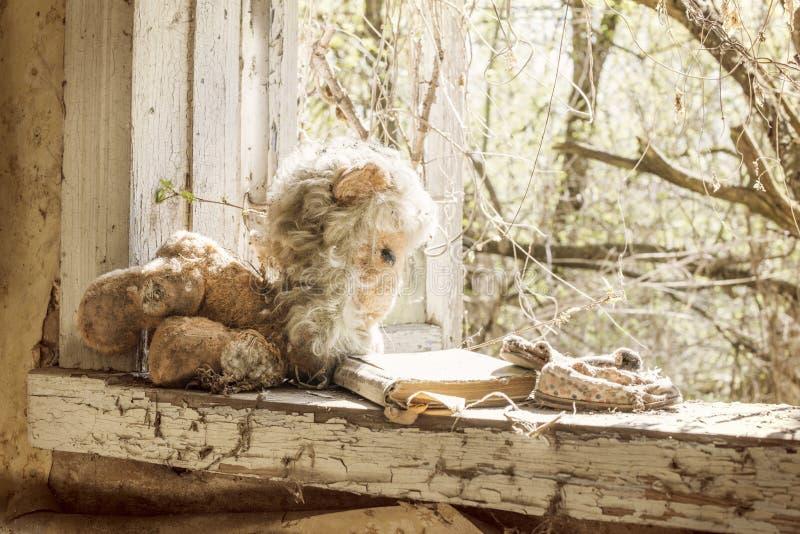 Dziecka ` s rzeczy opuszczali behind na windowsill zaniechany buildin zdjęcia stock