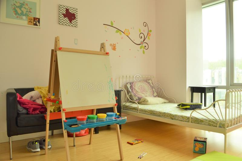 Dziecka ` s sypialnia i dziewczyny Playroom z zabawkami i sztuki sztalugą obraz royalty free