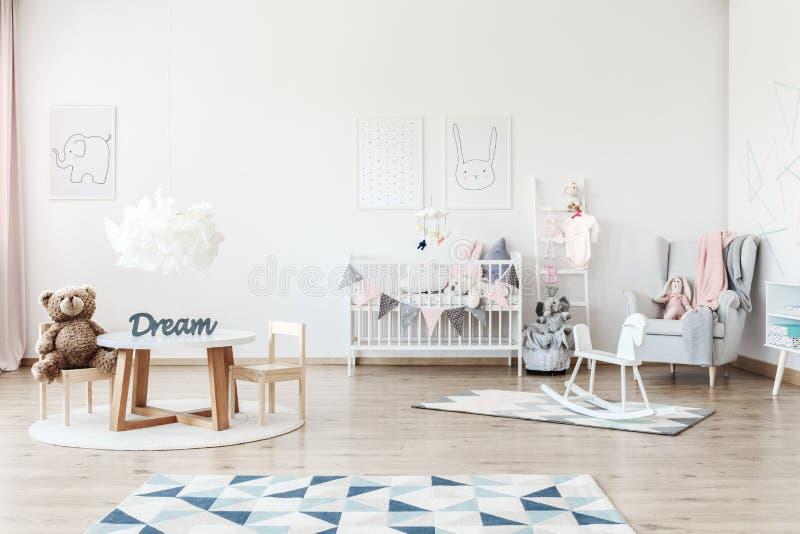 Dziecka ` s sypialnia z zabawkami obrazy royalty free