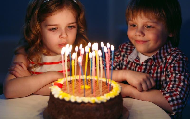 Dziecka ` s urodziny Dzieci blisko urodzinowego torta z ?wieczkami fotografia stock