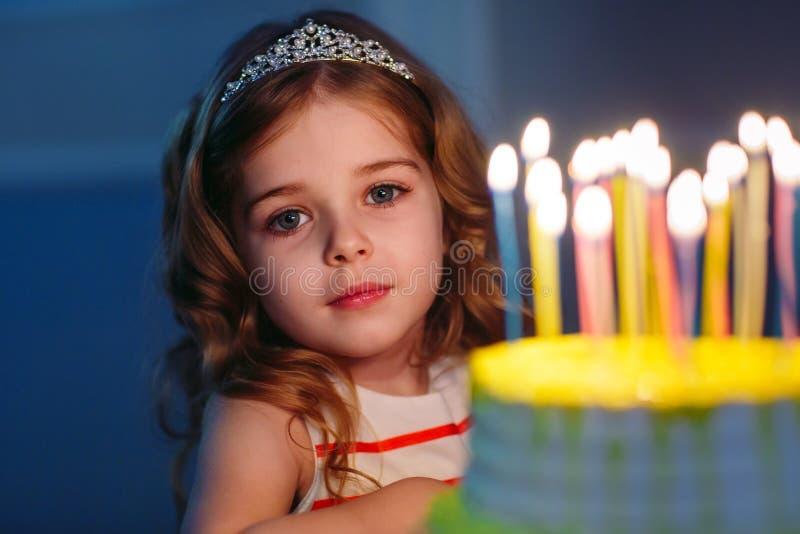 Dziecka ` s urodziny Dzieci blisko urodzinowego torta z ?wieczkami obraz royalty free