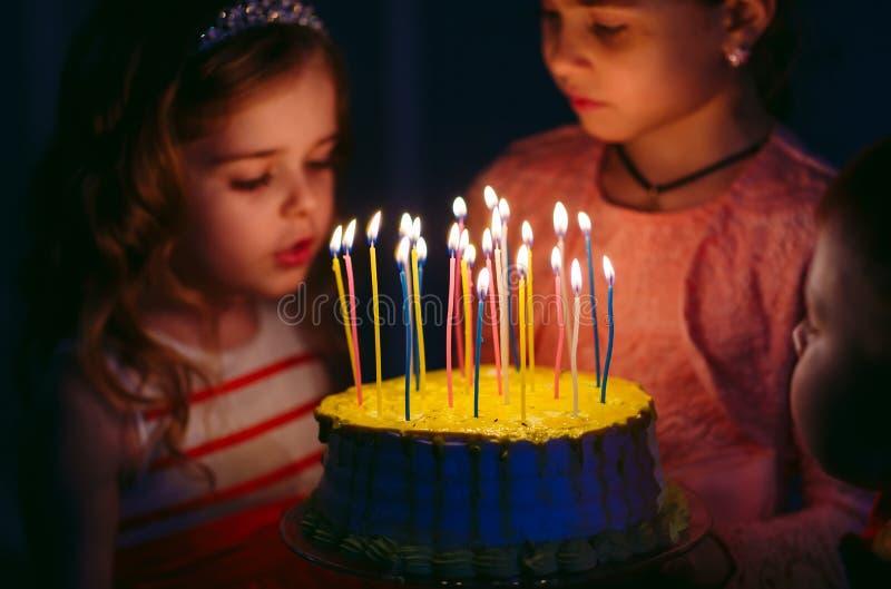 Dziecka ` s urodziny Dzieci blisko urodzinowego torta z ?wieczkami zdjęcia royalty free