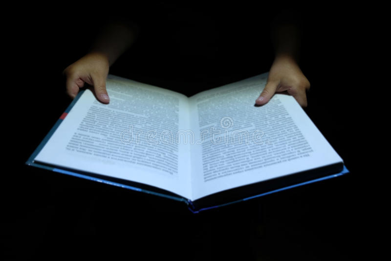 Dziecka ` s wręcza książkę obraz stock