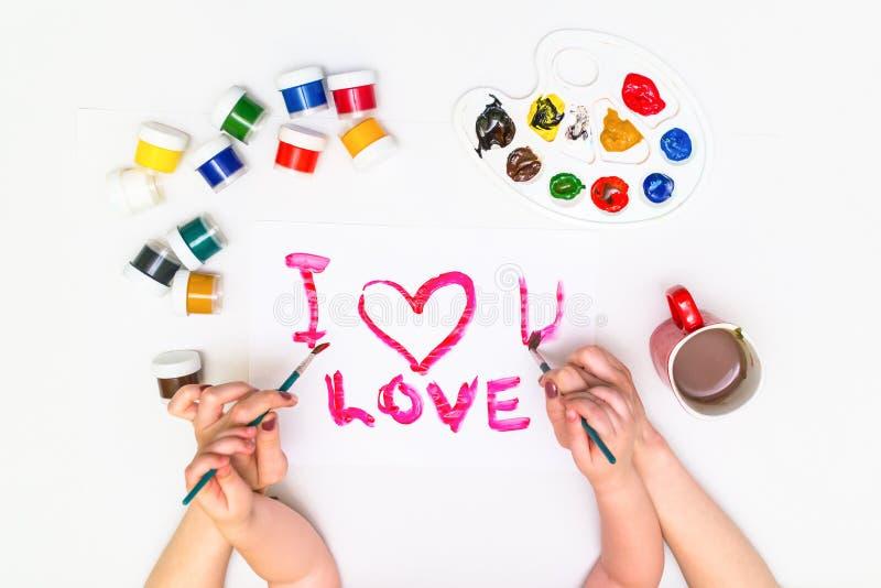 Dziecka ` s wręcza malować serce fotografia stock