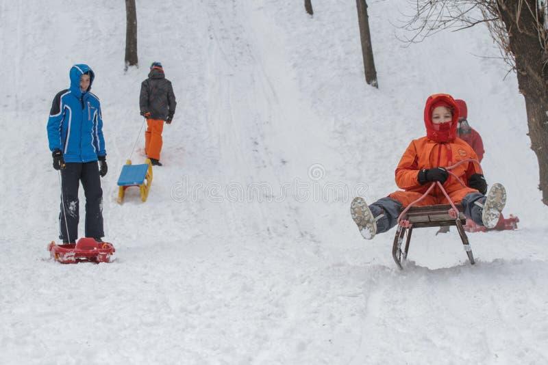 Dziecka saneczkowanie na wzgórzu obraz royalty free
