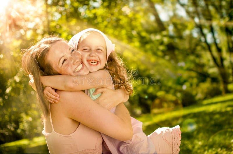 Download Dziecka Szczęście Jej Matka Obraz Stock - Obraz złożonej z dzieciak, przytulenie: 53776047