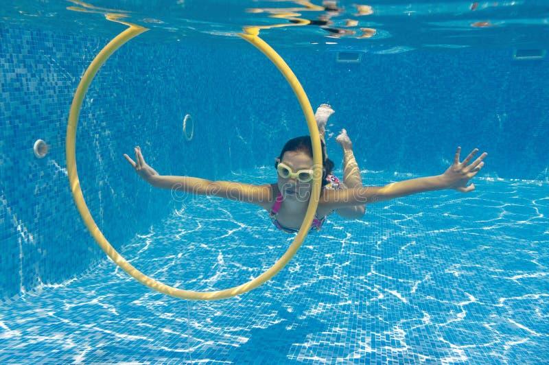 dziecka szczęśliwego basenu pływaccy pływania podwodni zdjęcia stock