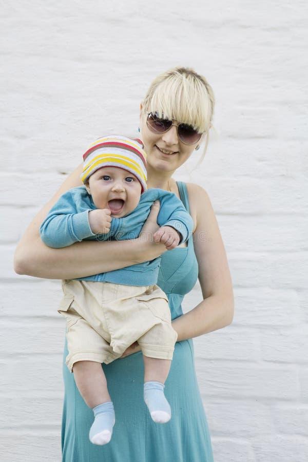 dziecka szczęśliwy blond mienie jej matka obraz royalty free