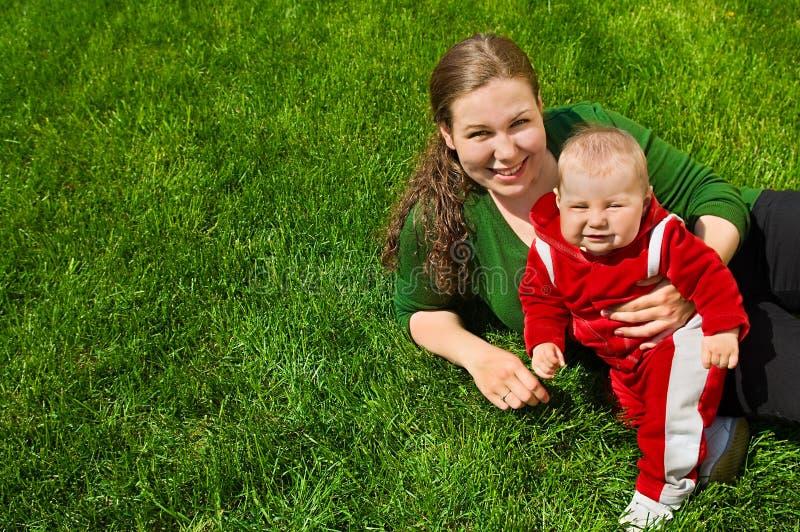 dziecka trawy matka obraz royalty free