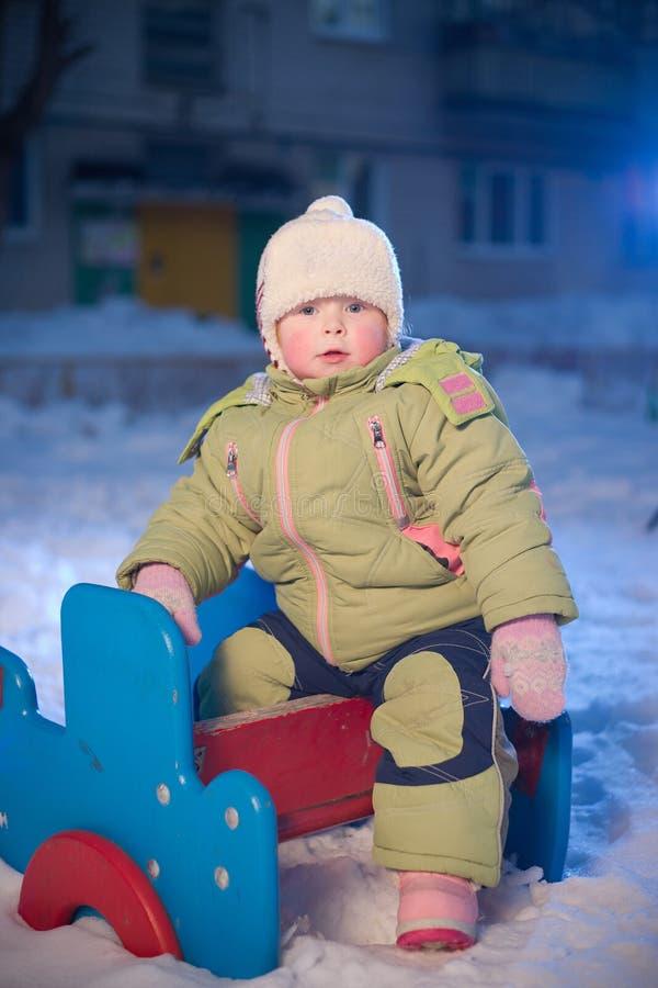 dziecka uroczy boisko siedzi strukturę obrazy stock