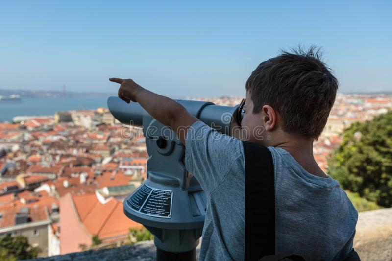 Dziecka Viewing Od Panoramicznego teleskopu w Sao Jorge kasztelu: Widok Z Lotu Ptaka Lisbon fotografia royalty free