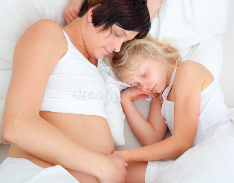dziecko łóżkowa matka zdjęcie stock
