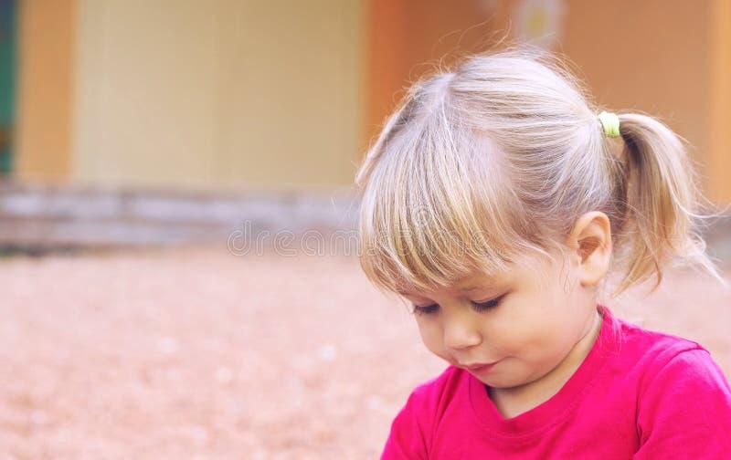 dziecko ' Śliczna mała dziewczynka ma zabawę w jawnym parku zdjęcia royalty free
