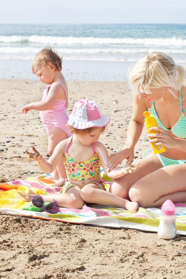 dziecko śmietanka słoneczny jej macierzysty kładzenie fotografia royalty free
