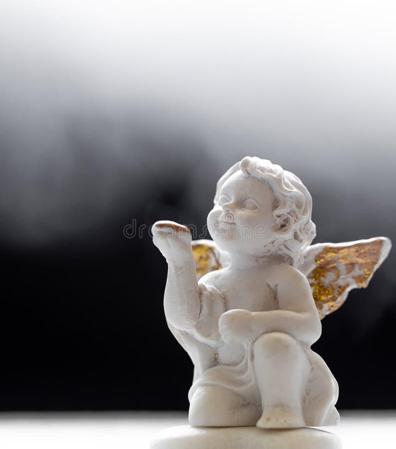 Dziecko anioł Na Czarnym I Mglistym tle 1 zdjęcie royalty free