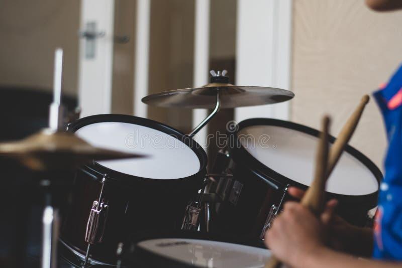 Dziecko bębenu set z rękami i drumsticks zdjęcie royalty free