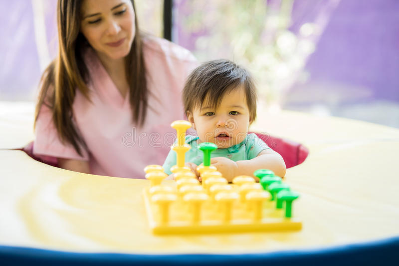 Dziecko bada i bawić się przy szkołą obrazy royalty free