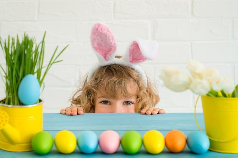 Dziecko bawić się z Wielkanocnym królikiem obraz royalty free