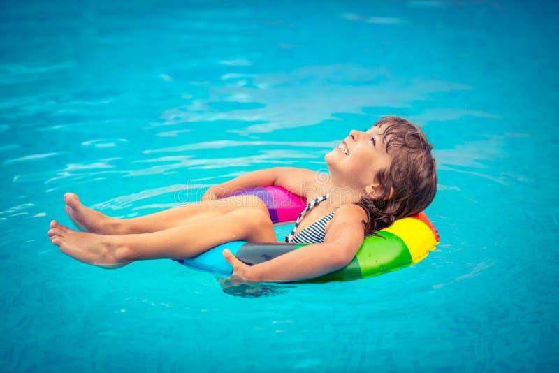 dziecko bawić się basenu dopłynięcie fotografia stock