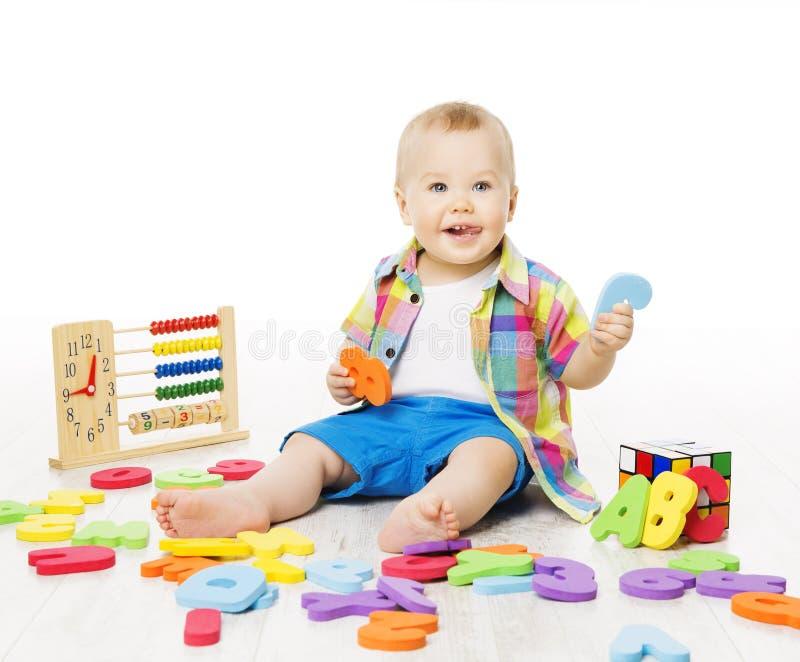 Dziecko Bawić się edukacj zabawki, dzieciak sztuki abecadło Pisze list liczby L fotografia stock