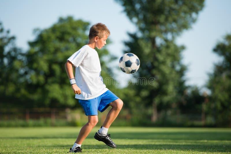 Dziecko bawić się futbol obraz stock