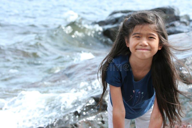 dziecko bawić się jeziornym brzeg obraz stock