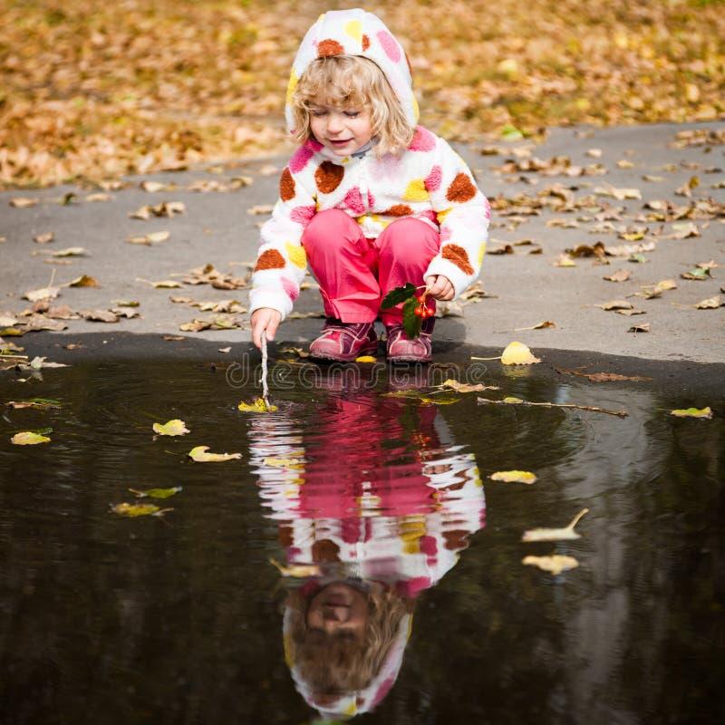 dziecko bawić się kałużę obraz royalty free