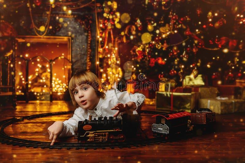 dziecko bawić się kolei zabawkę zdjęcia royalty free