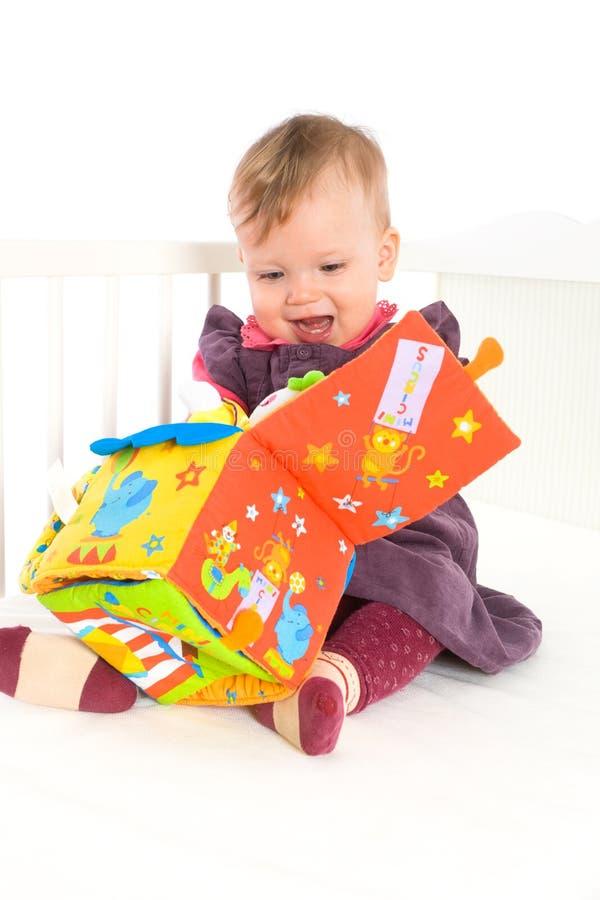 dziecko bawić się miękkiej części zabawkę zdjęcie stock