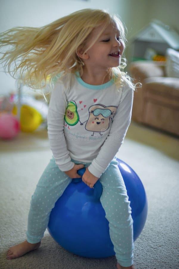 Dziecko bawić się na boucy piłce w ranku świetle obraz royalty free