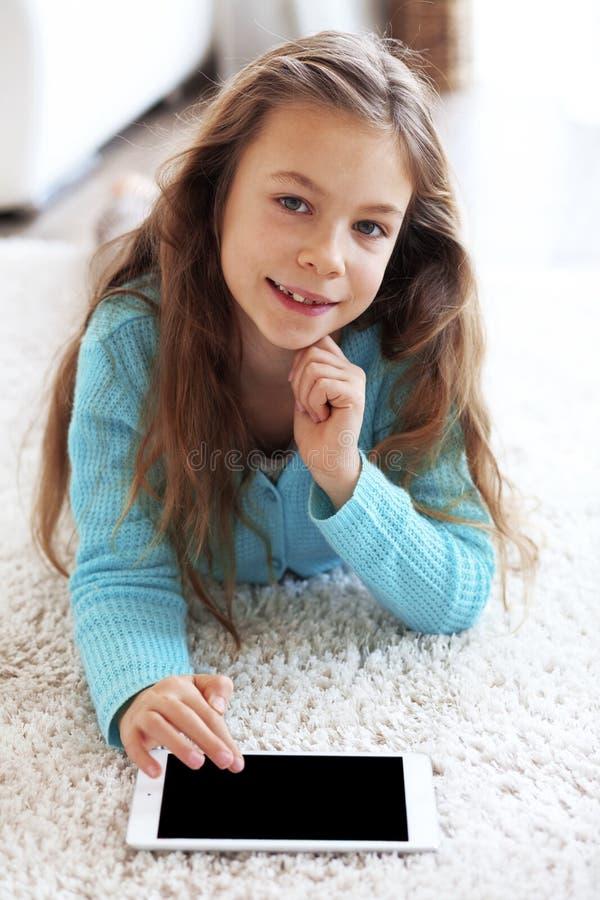 Dziecko bawić się na ipad fotografia stock