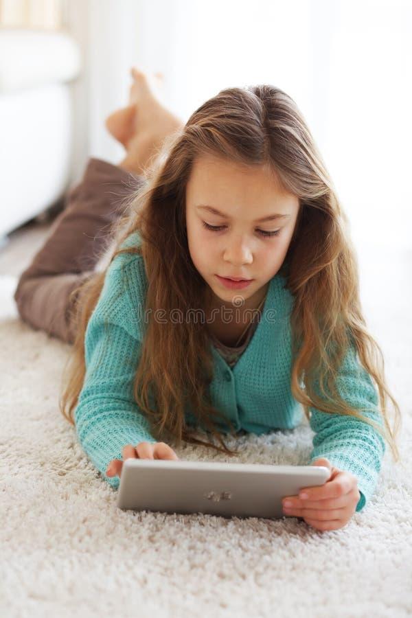 Dziecko bawić się na ipad zdjęcia stock